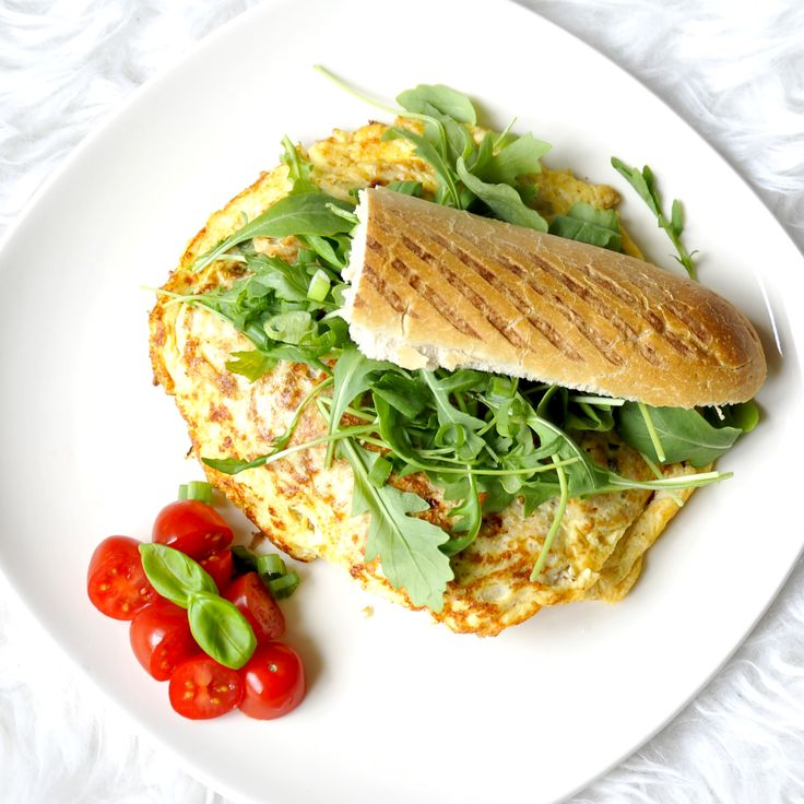 Een heerlijke en simpele lunch maak je nu met dit recept voor een sandwich met Hüttenkäse-tonijn omelet.