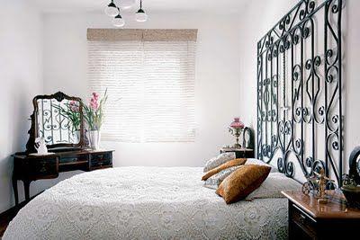 O detalhe da porta ferro como cabeceira da cama com colcha trabalhada!