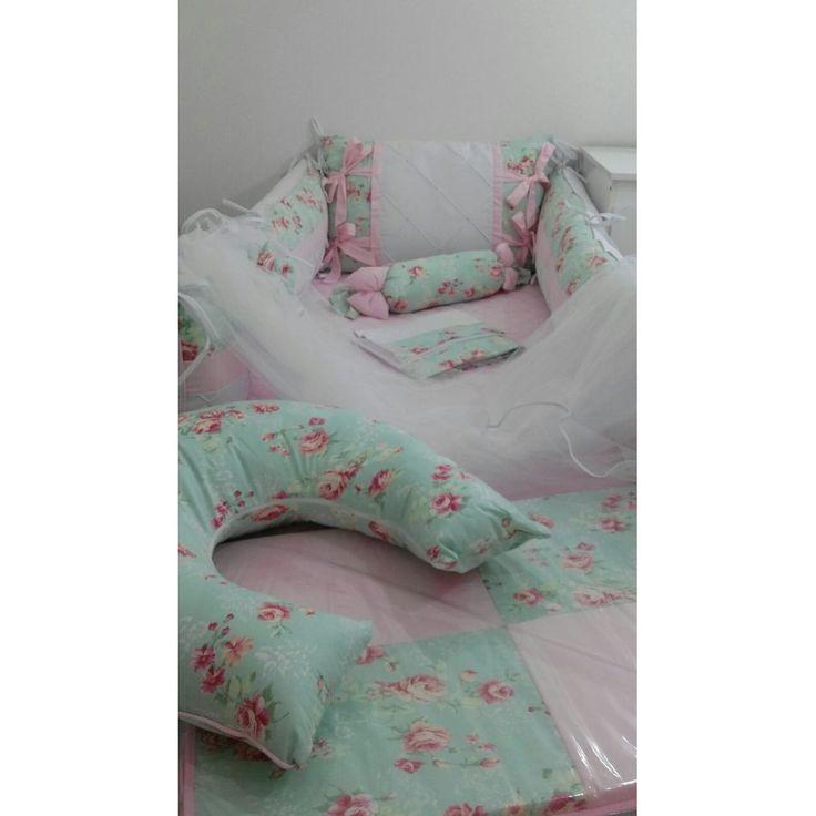 Kit de Berço Bebê Floral de Rosas com Fundo Verde