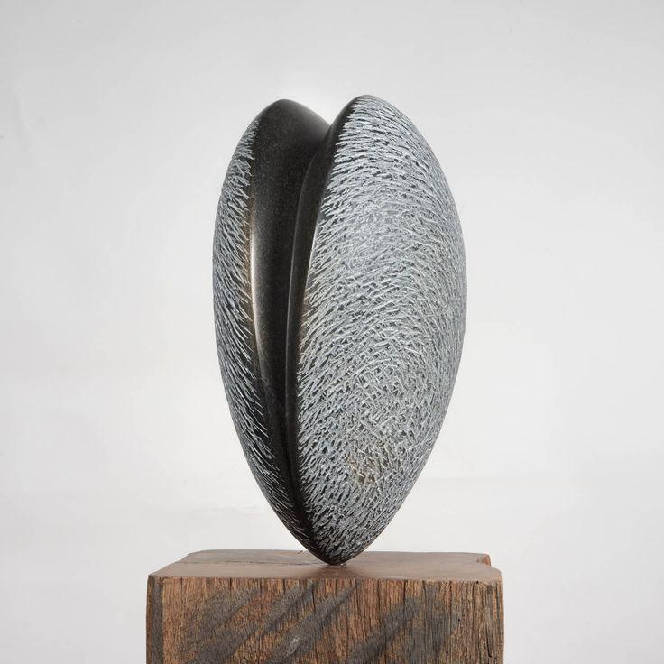 Springstone, zaad, 2015. Beeld voor binnen en buiten op hardhouten sokkel. afmeting 45x 25 cm