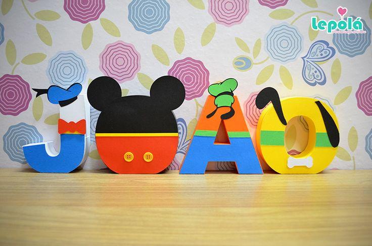 Lindas letras 3D com os personagens da Turma do Mickey para deixar a decoração da sua festa linda e encantadora! <br> <br>Feita em papel fosco de alta gramatura com apliques de relevo, fitas, strass, pérolas, botões, o que for necessário para ficar linda e personalizada com o tema da festa! <br> <br>* Preço por letra <br>** Todas as letras tem um pesinho interno para não caírem. <br> <br>- Personalizamos em qualquer tema; <br>- Pedido mínimo: 03 unidades; <br>- Enviamos para todo o Brasil…