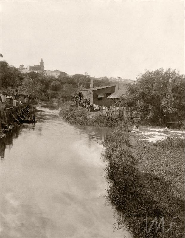 Rio Tamanduateí - ao fundo aparece a Igreja de Nossa Senhora da Glória (Paróquia de São Joaquim), localizada no Cambuci. A foto é de Vincenzo Pastore, e faz parte do acervo do IMS