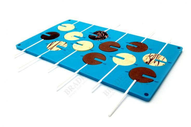 Форма силиконовая 3D «КРУГ» АРТИКУЛ: TK 0158 Все взрослые, а тем более дети любят конфеты. Особенно увлекательно есть конфеты на палочке, не важно, карамелька ли это или шоколадка. Теперь Вы сможете дома легко и просто приготовить любые конфеты на палочках и добавить в них все возможные наполнители, которые только придут Вам в голову. С помощью этой удивительной формы Вы также сможете изготовить объемные вкусные шары, которые могут стать как самостоятельным оригинальным десертом, так и…