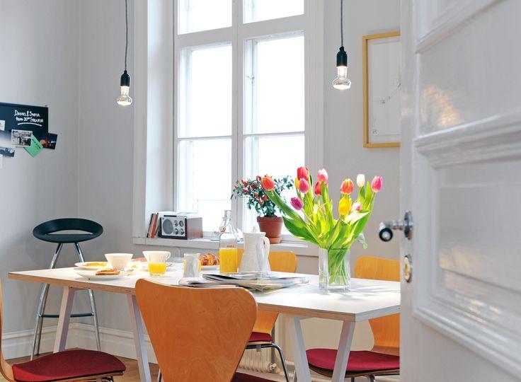 Alvhem Mäkleri och Interiör: Dining Rooms, Swedish Design, Kitchens Design, Paintings Rooms, Alvhem Brokerage, Decor Inspiration, Fresh Flowers, Design Kitchens, White Kitchens