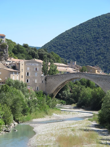 Nyons : une destination incontournable en Drôme provençale La ville de Nyons, sur les bords de l'Eygues, est connue pour ses fameuses olives noires AOC. Mais ce n'est pas le seul atout de cette charmante petite ville, qui vous étonnera par la richesse de son patrimoine.