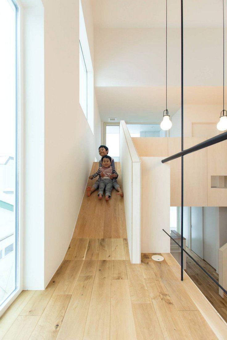 maison avec toboggan en bois massif, revêtement de sol en parquet massif et suspensions ampoules