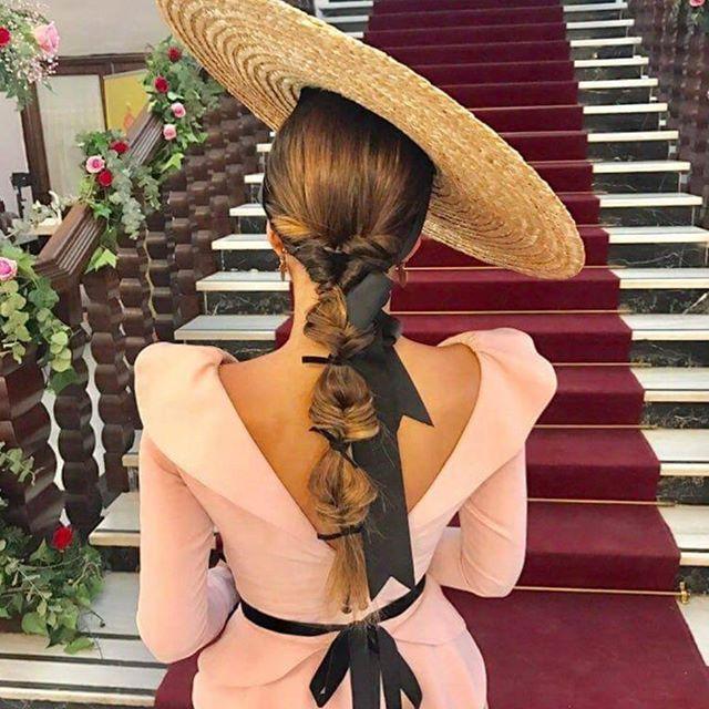 Preciosa esta invitada vestida de @nuot.atelier y ese peinado que no podía ser más adecuado!   #invitada #invitadas #invitadaboda #invitadasboda #invitadaconestilo #invitadasconestilo #lookinvitada #lookboda #boda #bodas #wedding #weddingguest #guest #style #fashion #moda #invitadaperfecta #invitadasperfectas #tocado #tocados #pamela #pamelas #madrina #madrinas #hairstyle #peinado #peinados #trenza #trenzas #peluqueria