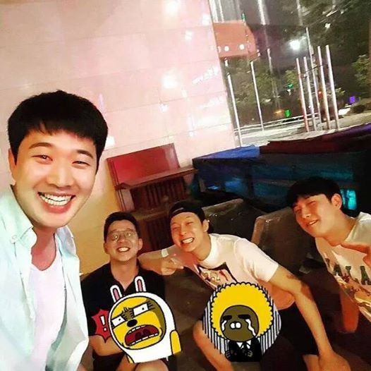 150731 Manager shares a photo with Yuchun & friends