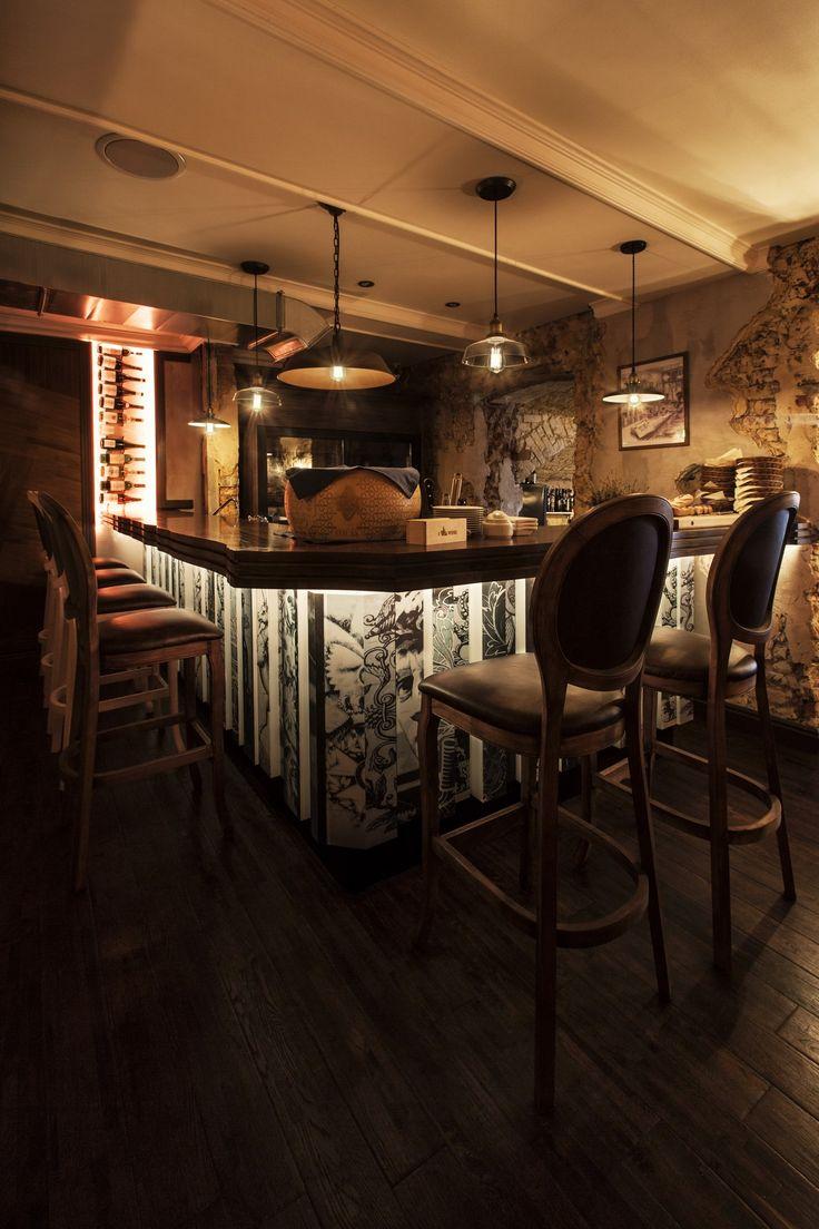 Барная стойка с подсветкой в ILIKEWINE (Москва) - результат работы арт-директора Finoarte-Евгения Пожарского.