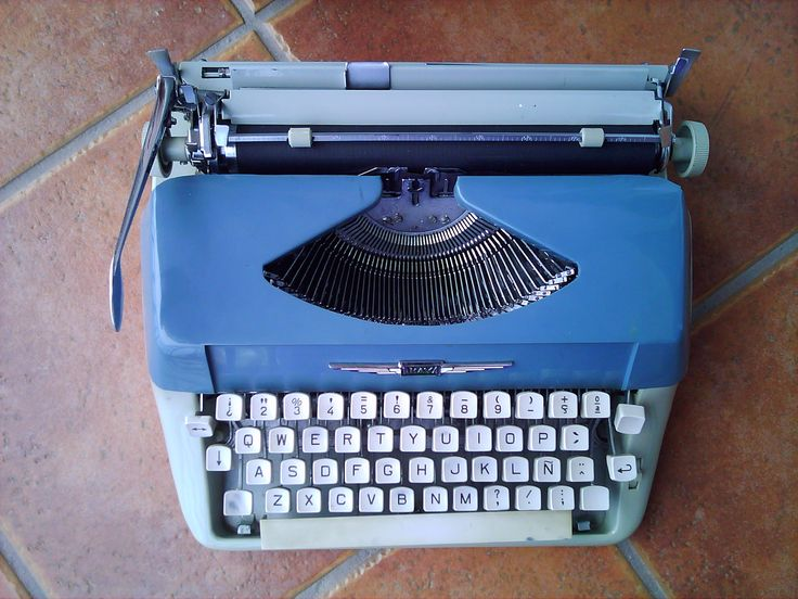 Vintage typewriter  in perfect use and working condition.   Máquina de escribir manual en perfecto estado.  Brand/Marca: Amaya.   For Sale. En venta.   Contact: 11da37a3@opayq.com