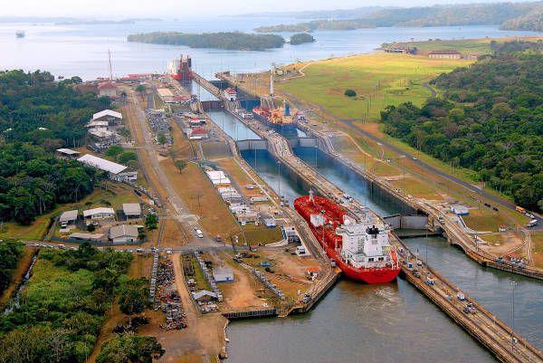 船舶が通過するパナマ運河。  パナマ運河は、カリブ海と太平洋を結ぶ全長約80キロの運河。米国により建設が進められ、1914年に開通。米国が長く独占運営権を持っていたが、1999年末にパナマに返還された。運河中央部の人工湖は海抜26メートルの所にあるため、水位を調整する「閘門(こうもん)」を使って船舶を昇降させ、運河を通過させている。年間の船舶通航量は約1万4000隻(パナマ・コロン)(2007年02月02日) 【AFP=時事】  ◆時事通信|世界の海峡・運河 写真特集 http://www.jiji.com/jc/d4?d=d4_int&p=cas012-jlp11868780 #Panama_Canal