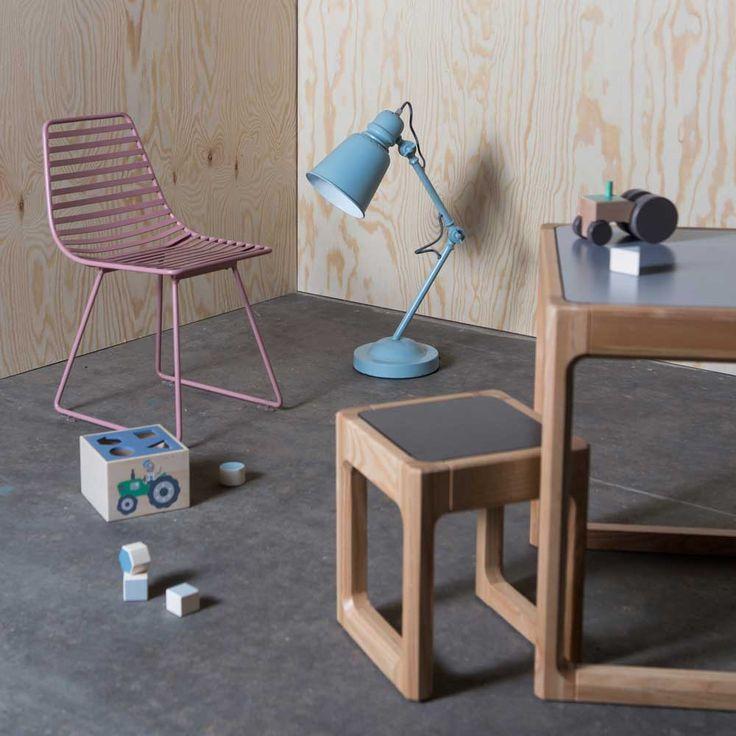 Hier präsentieren wir Ihnen mit  Me-Sit  einen wunderbaren  Metallstuhl für Kinder von Sebra aus Dänemark. Er hat das Zeug zum Klassiker und lässt sich daher auch wunderbar als Kinder-Sitzgruppe ins Wohnzimmer...