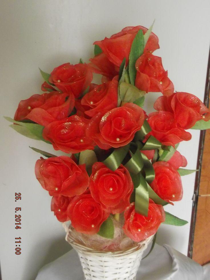 Bukiet kwiatków z bibuły zdobione koralikami.
