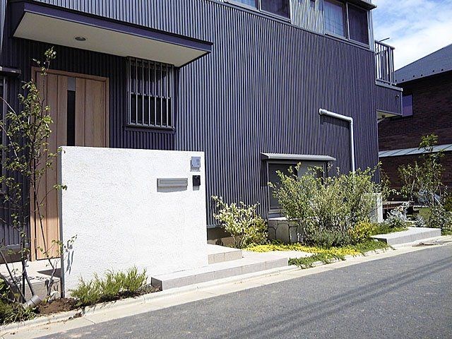 外壁の黒と門柱の白 外構 デザイン モダン デザイナーズ ハウス