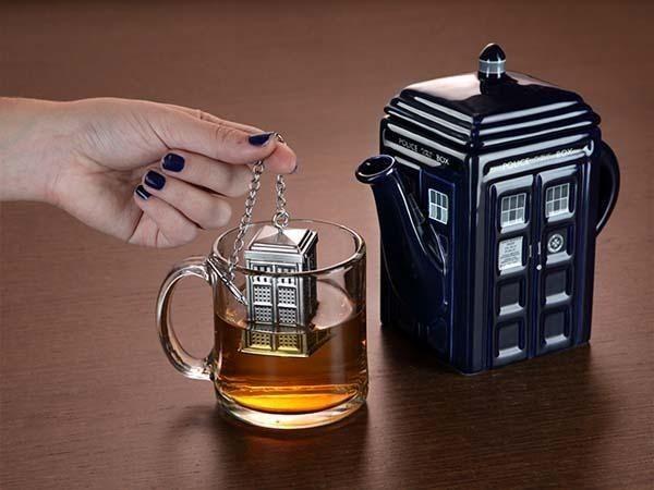 UN COLADOR DE TÉ MUY ORIGINAL Sin duda las bolsitas de té son muy practicas (aunque se nos suela cortar el hilo), pero no se comparan con la gracia de preparar una reconfortante taza de té utilizando el viejo método del filtro o colador metálico; y si a eso le sumas un atractivo diseño como en este caso, que nos recuerda las típicas cabinas telefónicas de Londres, mucho mejor!