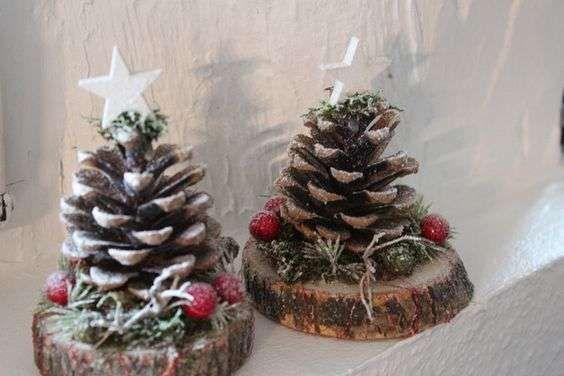 Décorations de Noel avec des rondins de bois et des pommes de pin