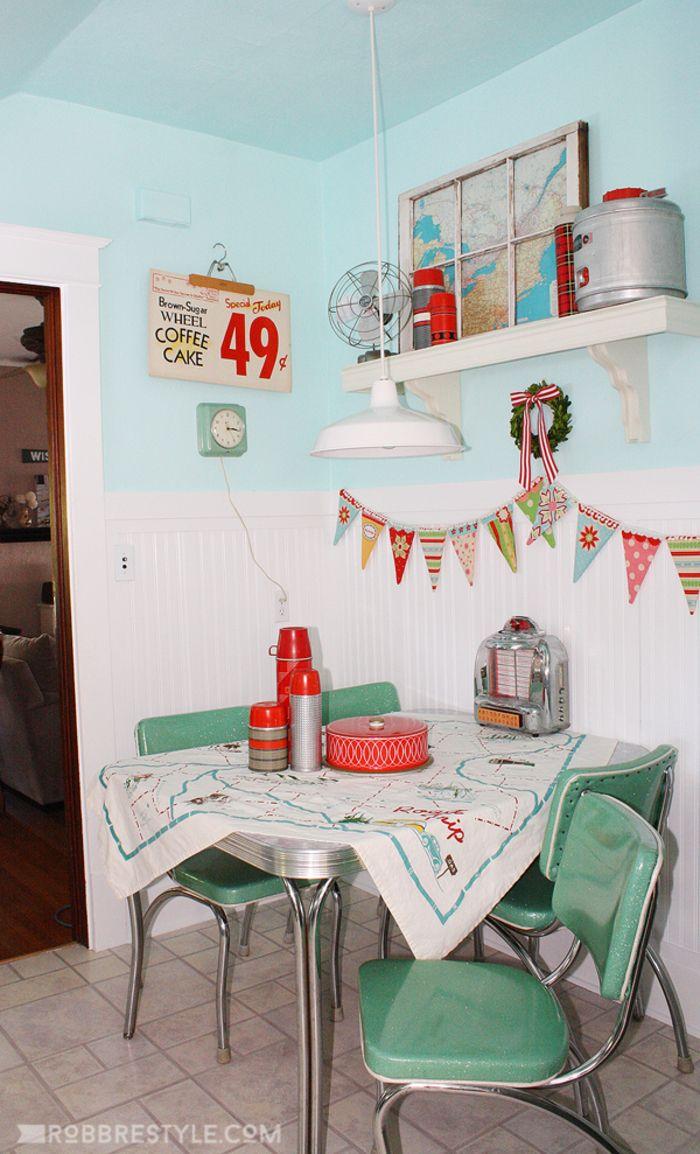 Genial Küche Vintage Dekoration Von Küche, Tisch Mit Vier Stühlen, Thermosflaschen, Weltkarte,