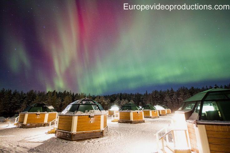 Arktische Glasiglus und Nordlichter in Rovaniemi in Finnisch-Lappland