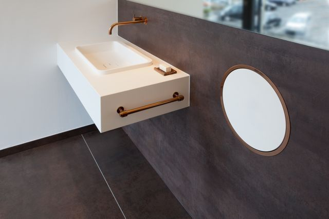 The #Vola 121Wall Basin Set with a 225mm Fixed Spout is perfect single mixer #tapware that can bring a touch of glass to your #bathroom. Its from the legendary range first designed by Arne Jacobsen in the 1960's and has never lost its style or appear.  Its great when using a large basin or bench which requires that extra reach. Shown here with the Vola RS1 White Recessed Bin #brushed #cooper @dedecedesign