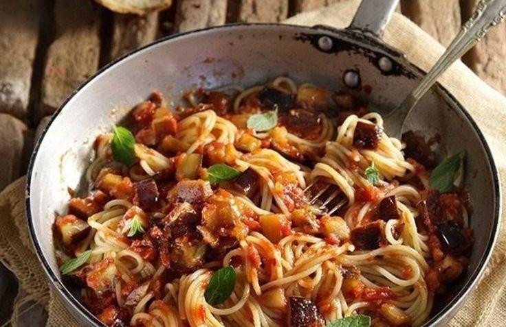 Υπέροχα σπαγγέτι αλά νόρμα σε μια συνταγή που θα ευχαριστηθούν όλοι! Σερβίρετε με κουκουνάρι καβουρδισμένο