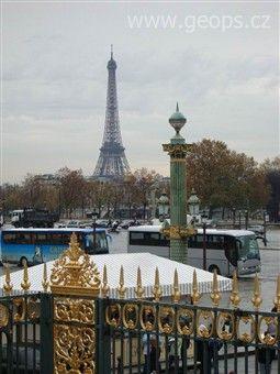 Poznávací zájezd - Francie - Paříž - Eiffelova věž, vysoká 324 m, váží 10.000 tun, z železných nosníků spojených 2,5 miliony nýtů