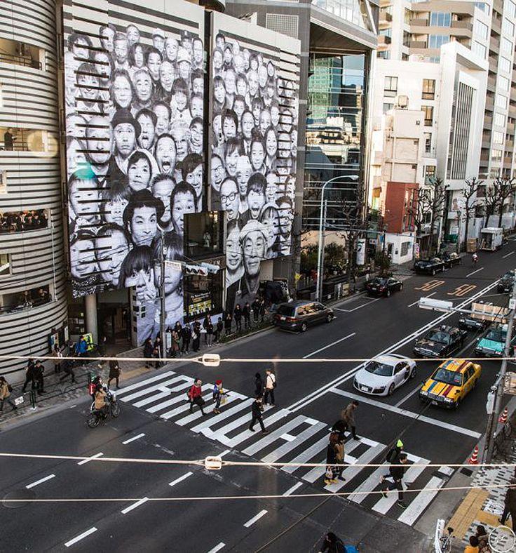 O fotógrafo francês mais conhecido como JR abriu, no último dia 9, sua exibição solo no Watari Museum of Contemporary Art, em Tokyo, no Japão. E ela não ficou só restrita a parte interna do museu, como também cobriu a fachada externa do prédio com as fotos de habitantes do nordeste japonês, local atingido por um tsunami em março de 2011.