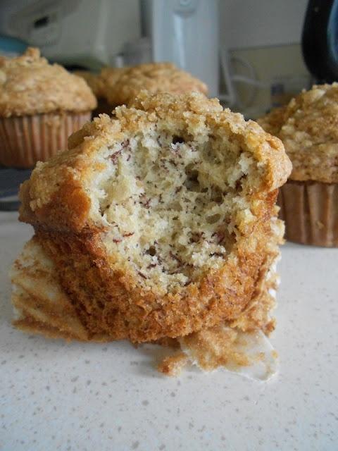 Banana Crumb Muffins - moist banana muffins with a brown sugar / cinnamon crunch topping