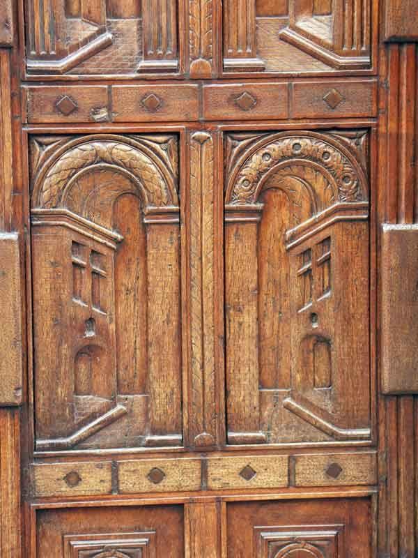 Détail porte sculptée dans la rue Varanfrain. #buech