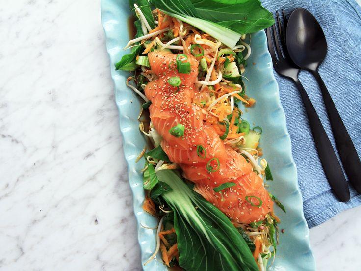 Asiatisk sommarsallad med lax och sesamdressing | Recept från Köket.se
