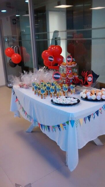 Fiesta de niños celebrando en el trabajo en agosto