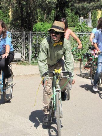 Un mire unic, pe bicicleta
