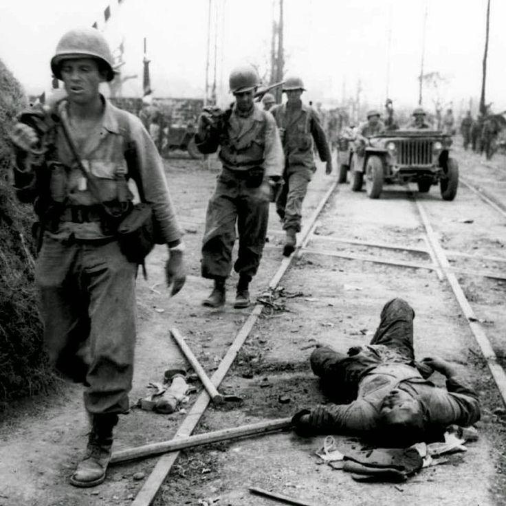 "634 Me gusta, 4 comentarios - WW2_Yesterdays_War (@ww2yesterday) en Instagram: ""American soldiers walk past a dead Japanese soldier at a Manila railway crossing. February 1945. .…"""