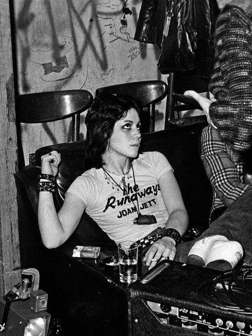 Joan Jett, líder do quarteto The Runaways ganhou até filme: http://blog.lojapandorga.com.br/2013/07/dia-do-rock/
