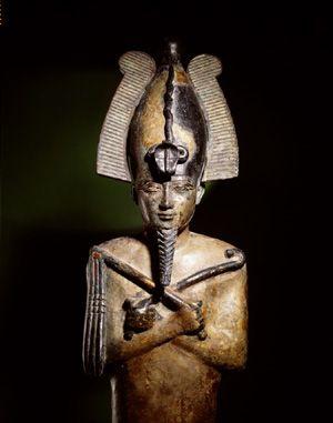 De kromstaf en de gesel werden al in aangetroffen in het oude Egypte. Daar had met de gesel een wat andere betekenis dan de roe in het klassieke sinterklaasverhaal. Op de foto staat een bronzen beeld van de Egyptische god Osiris. Hij is hier afgebeeld als koning van het hiernamaals en hij heeft een kromstaf en een gesel in zijn handen, attributen die blijkbaar horen bij zijn waardigheid.