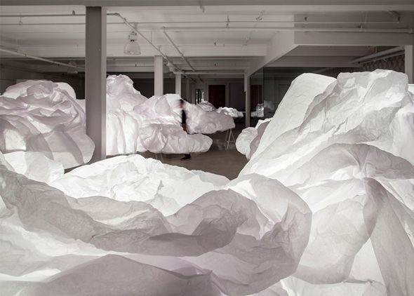 Les designers canadiens de Mason Studio ont investi un entrepôt à l'occasion du Toronto Design Festival. Ils ont créé un espace calme et moelleux à l'aide de nuages lumineux en papier de soie. Le but était d'offrir aux festivaliers un lieu à l'abri de l'agitation et du tumulte de l'évènement.