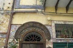 Zomaar in een zijstraatje in Monreale deze versierde deur, Sicilië, Italië (Trudi)