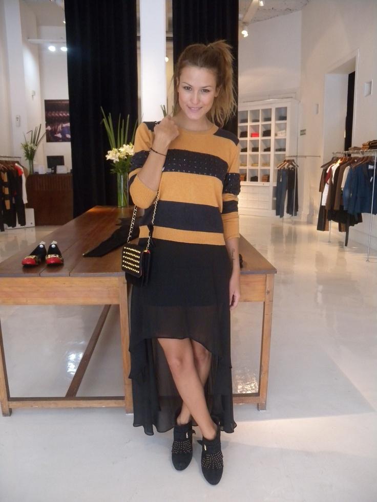 Luli Fernandez: Sweater Bibiano , Falda Teodora , Borcego Stiletto , Carterita Odetta