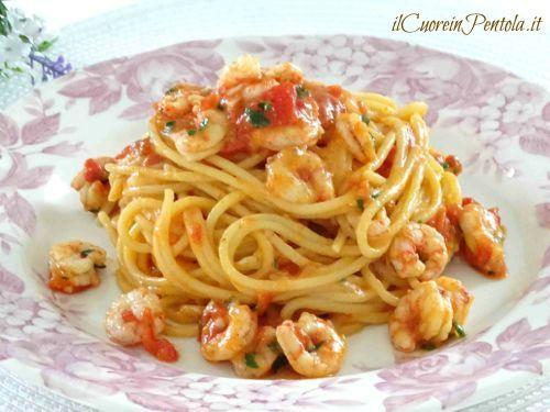 La ricetta della pasta con i gamberoni è uno dei miei piatti preferiti, quando trovo dei gamberoni freschi proprio non resisto ad un piatto di spaghetti con