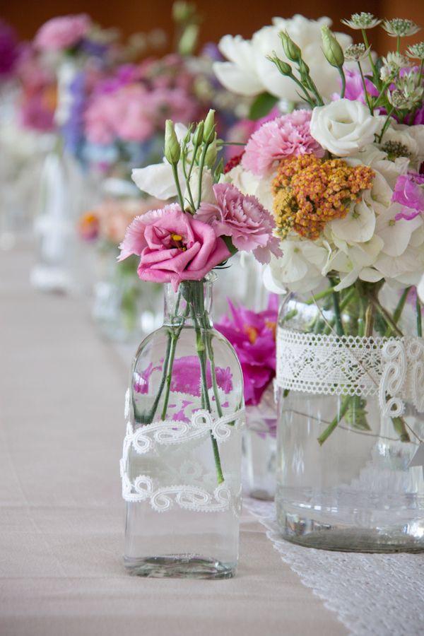 Centro de mesa con botellas y tarros de vidrio de estilo for Centro de mesa de cristal