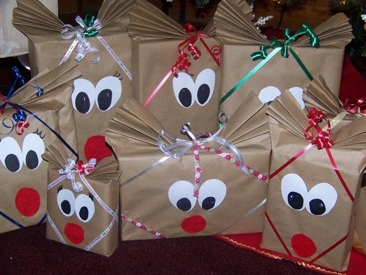 ricardo: regalos decorados como los renos de papa noel con sus reconocibles narices rojas