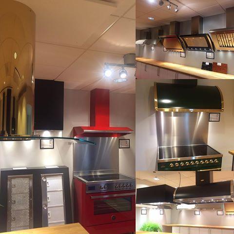 Är det dags för en ny köksfläkt? Då är ni välkomna till vår utställning och fabrik i Torslanda på vardagar 7:30-16 för att få inspiration. 😊 #fjäråskupan #inspiration #utställning #spiskupa #köksfläkt #inspiration #ilvesweden #bertazzoniitalia #mässing #brass #ikon #kupé #tradition #epok #pendel #gastronom #rustik #vertikal #form #stil