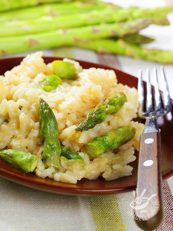 Risotto with asparagus - Il Risotto delicato agli asparagi è un piatto profumato e molto facile da realizzare. Il connubio fra le verdure fresche e il parmigiano è sempre vincente.