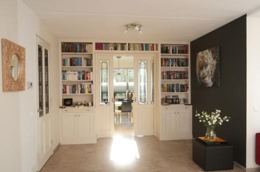 Glas in lood in de en suite deuren tussen de keuken en de woonkamer afgemaakt met boekenplanken - Muur hutch ...