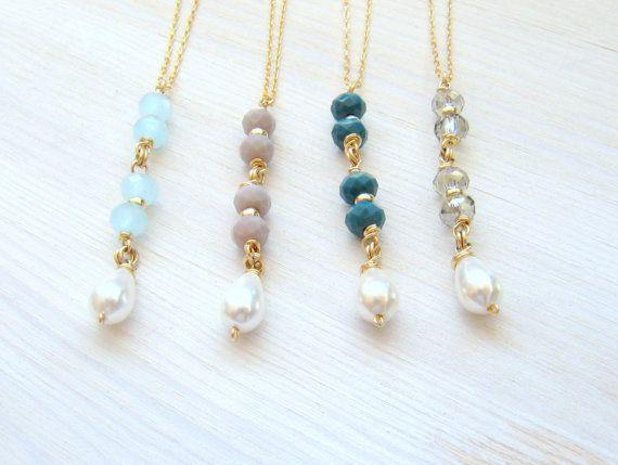 Un ensemble de quatre 4 Long élégant perle goutte colliers.  A ces collier sont fabriqués à partir une fine chaine or 14 carats rempli avec 4 perles en cristal avec un pendantes perle à la fin, comme une longue barre pendentif. Un long collier magnifique que vous allez adorer porter avec tout. Ce sautoir délicat est belle comme un simple collier minimaliste ou en superposition avec un collier plus court pour le style Boho chic.  Ce collier est fait à partir de haute qualité 14K «Gold…