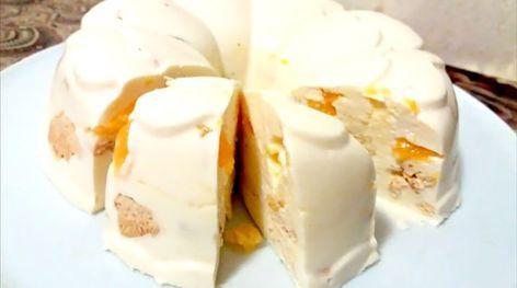 """Tortul """"Bulgăre de zăpadă"""" este desertul perfect pentru acest sezon. Tortul se prepară în câteva minute din cele mai simple și accesibile ingrediente. Datorită aromei de citrice, tortul obținut este într-adevăr festiv, numai bun pentru masa de Revelion. Crema gingașă de brânză, bucățelele crocante de biscuiți și feliile aromate de portocale: toate oferă un gust excepțional tortului. Merită să încercați! INGREDIENTE -40 g de gelatină -120 ml de apă -700 g de brânză de vaci -200 ml de…"""