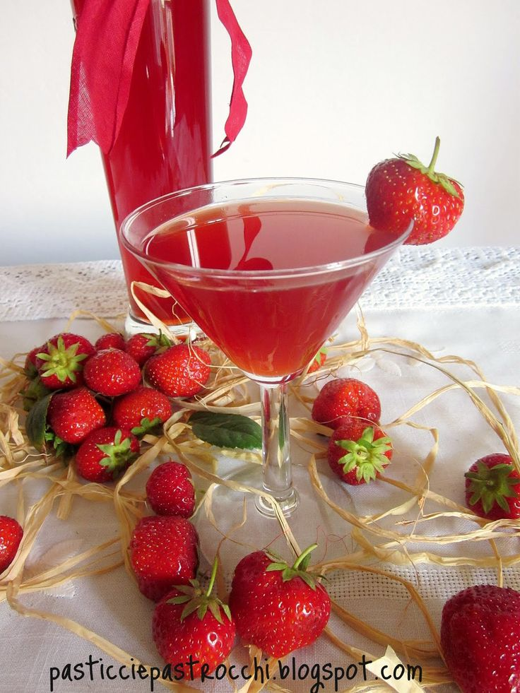 Fragolino is a delicious homemade liqueur made from strawberries - Fragolino è un delizioso liquore artigianale a base di fragole