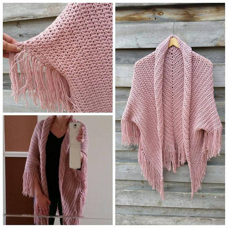 Omslagdoek wordt vest: de omslagdoek aan de bovenkant een paar keer oprollen en daarna de openingen van de mouwen met naald en draad vast gezet.