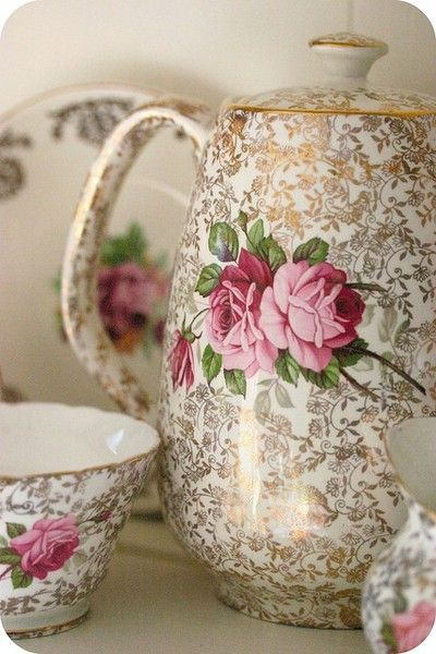 love collecting vintage crockery.Have this design in three pieces