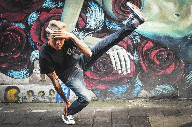 """Ce matin, on fait durer la teuf du week-end et on """"breakdance"""" avec Nugra, bénévole à la Yayasan Kasih Peduli Anak, maison d'aide aux enfants défavorisés, et prof, chez lui, avec 3 cours par semaine à Canggu et à l'école française chaque jeudi.   => http://www.lagazettedebali.info/journal/articles/cafe-des-sports/le-breakdance-fait-de-nouveaux-adeptes-avec-nugra.html?date=2015-02"""