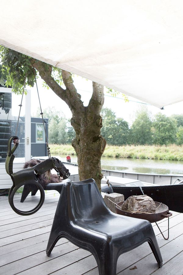 LIVING ON A HOUSE BOAT IN THE NETHERLANDS | THE STYLE FILES / images by Anouk de Kleermaeker for VT Wonen (May 2014 issue).